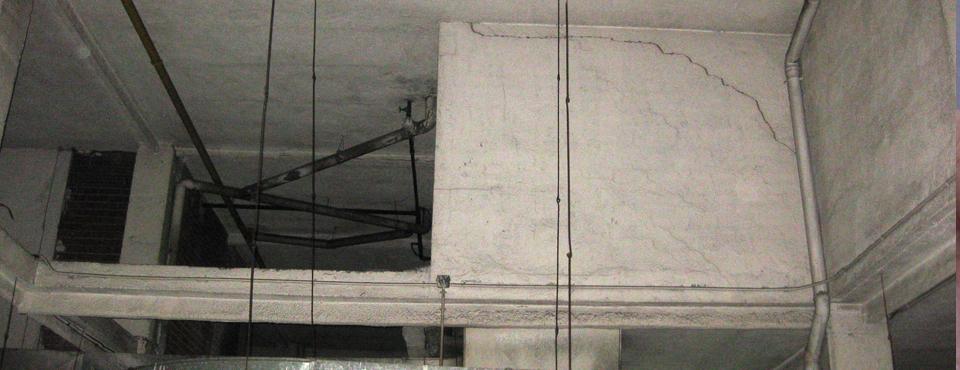 grieta en muro de patio por flecha de viga